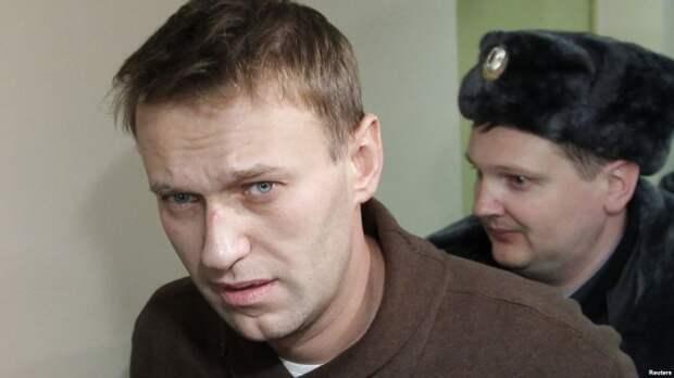 Навальных признали виновными. Одному реальный срок, другому — условный.