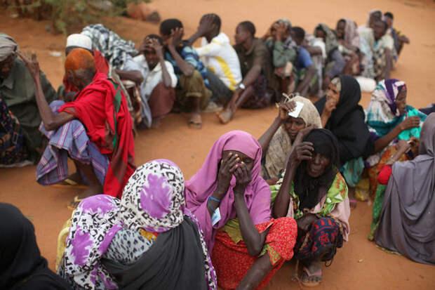 Сомалийцы ожидают у входа в зону регистрации лагеря для беженцев