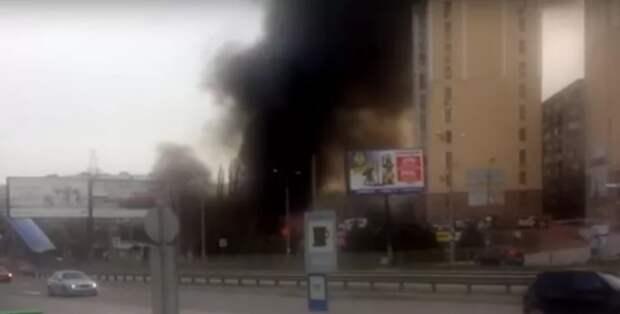 В районе симферопольского торгового центра произошёл пожар (ВИДЕО)