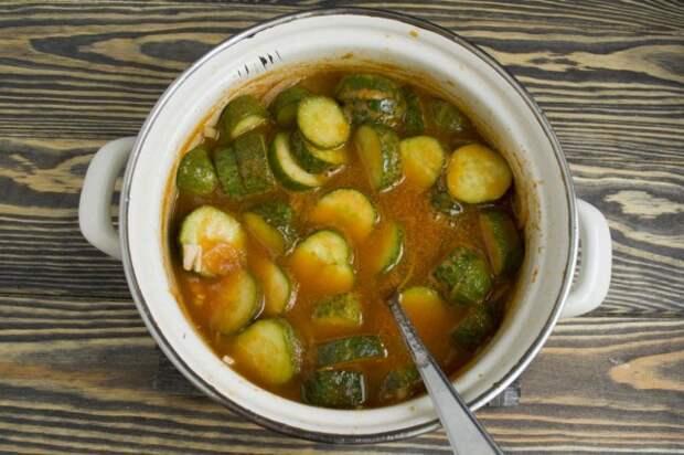 Кипятим салат из огурцов 2-3 минуты