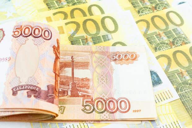 Россияне стали чаще хранить деньги в валюте
