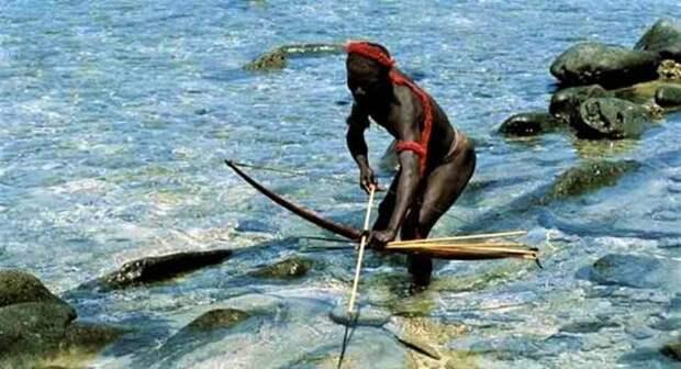 абориген с луком и стрелой в воде