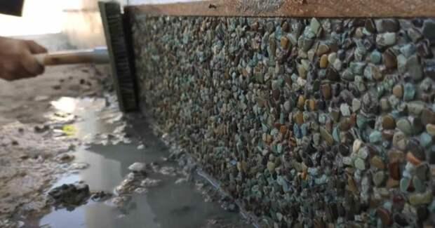 Отделка цоколя дома с использованием технологии «мытый бетон»