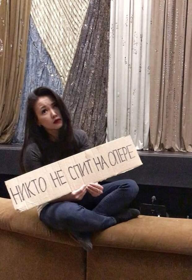 Работники российских учреждений культуры запустили «скучающий» карантинный флешмоб