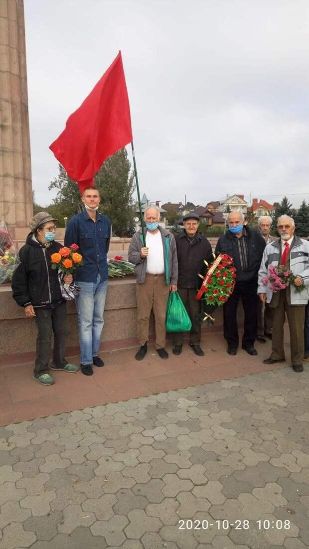 В Киеве полицаи пытались вырвать из рук ветеранов Знамя Победы