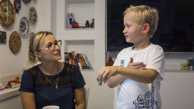Елисей с мамой обсуждают школу