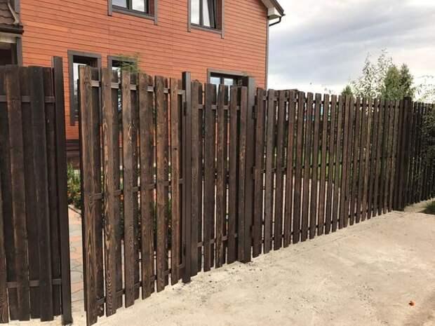 Забор из брашированных досок своими руками