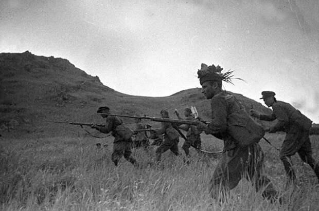Красноармейцы идут в атаку. Хасанские бои, 1938 г.