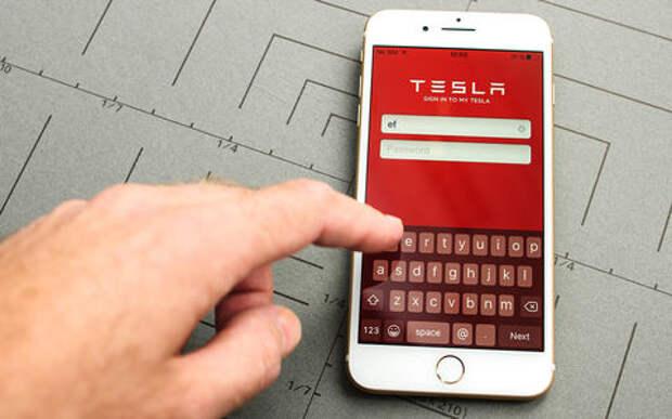 Шутки из будущего: телефоны заперли владельцев Tesla в машинах