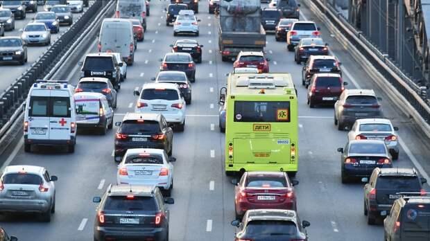 Водителям Подмосковья посоветовали не выезжать на дороги на летней резине из‑за гололедицы