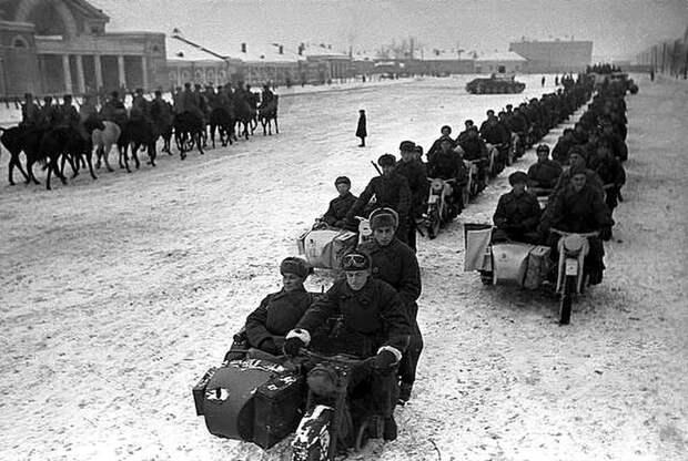 Фрунзенский плац. Мотоциклисты и конница. Ноябрь 1941-го Велика Отечественная война, История Родины, СССР