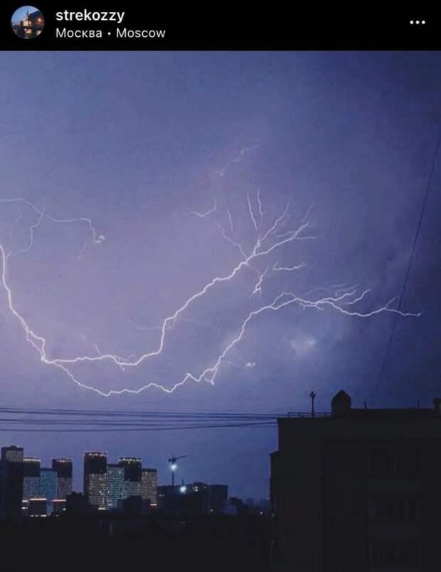 Фото дня: разряды молнии над Бескудниково