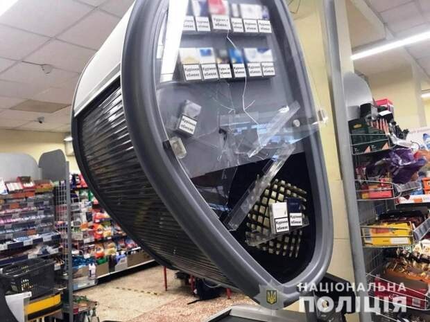 В Мариуполе мужчина с топором ворвался в супермаркет. Появилось видео