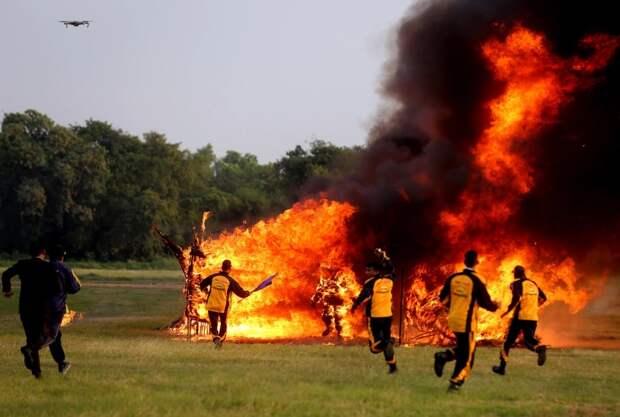 Огненный рекорд: отчаянный индиец проехал намотоцикле сквозь 127-метровый туннель изпламени
