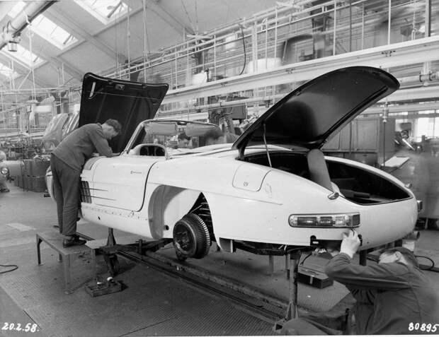 Ручная сборка родстеров Mercedes-Benz в 1958 году Merceds, mercedes-benz, авто, автоистория, завод, производство, ретро фото, сборка