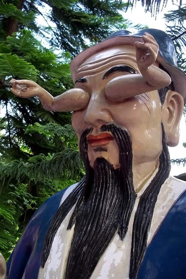 Необычная статуя в Монастыре десяти тысяч Будд, Гонконг, Азия