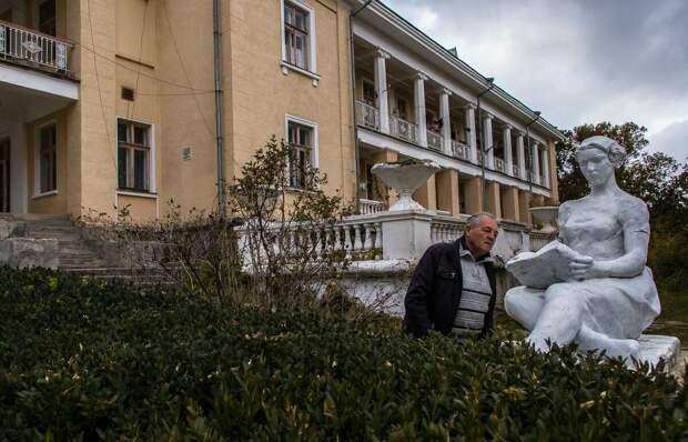 На фото: гипсовая девушка с книгой в Старокрымском санатории.