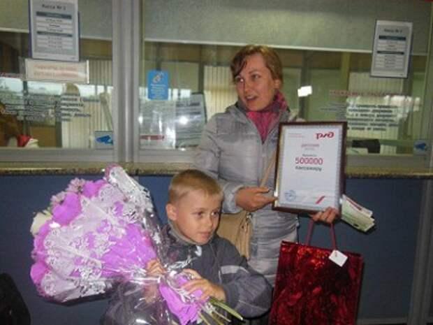 На вокзале Южно-Сахалинска поздравили пятисоттысячного пассажира