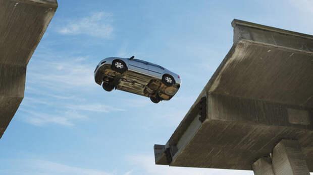 """Водитель разрушил голливудский миф, """"прыгнув"""" через разводной мост"""