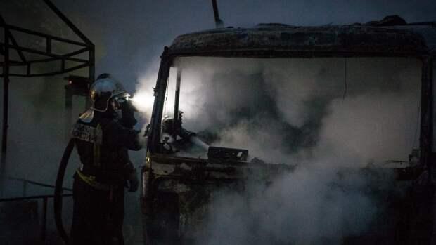 Спасатели потушили полыхающий на ЗСД грузовик в Василеостровском районе