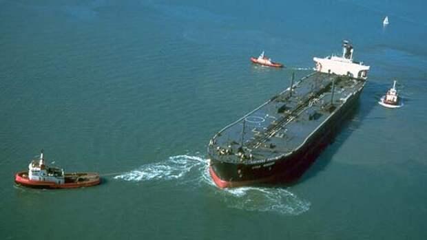 Украинцев на треснутом судне буксируют в крымский порт