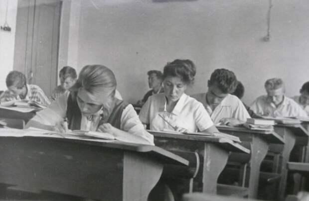 В советское время парты Эрисмана были основными в школах. /Фото: etoretro.ru