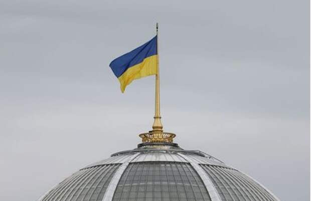 A Ukrainian state flag, which is installed on the roof of the parliament building, flies in Kiev, Ukraine September 25, 2019. REUTERS/Valentyn Ogirenko