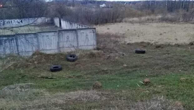 Автомобильные покрышки убрали с газона в Подольске по просьбе жителя