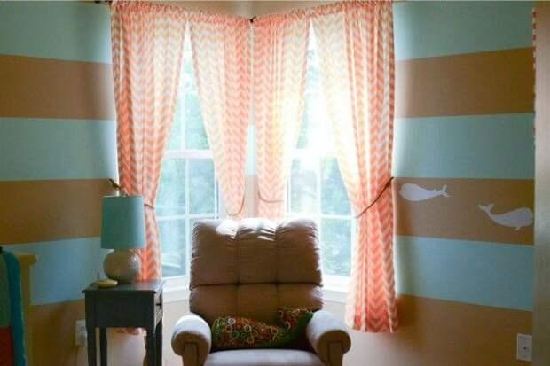 Яркие шторы к полосатым обоям