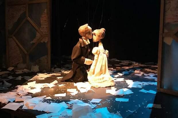 Удивительно, нодаже после спектакля, когда актеры уже ушли, куклы кажутся живыми
