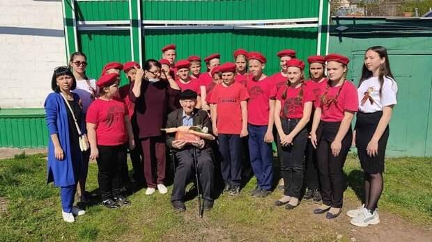 В Сорочинске юнармейцы поздравили с Днем Победы ветерана ВОВ Николая Попова