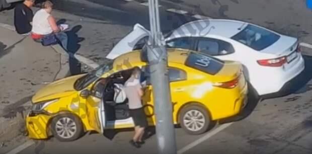 Два авто столкнулись на пустом перекрестке улиц Берзарина и Народное Ополчение
