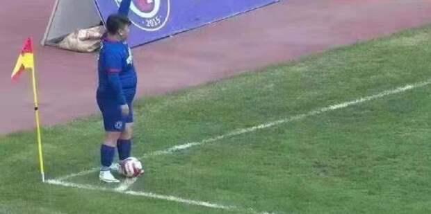 В Китае миллионер заставил располневшего сына играть в футбол в собственном клубе