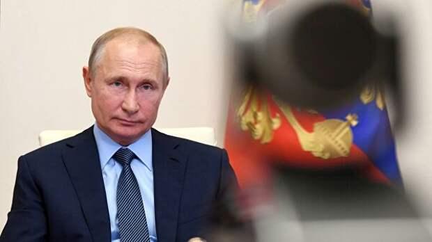 Путин не сбавляет темпов работы при дистанционном режиме, заявил Песков