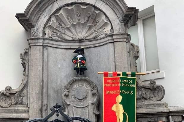 Телебашню в столице Малайзии подсветили триколором, а брюссельского «Писающего мальчика» нарядили в костюм русского гвардейца