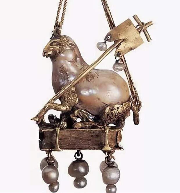 Ягненок держит крест - символ христианства, почти все его тело занимает большая персикового оттенка жемчужина Парагон. Золото, дерево, натуральные жемчужины, 16 век.