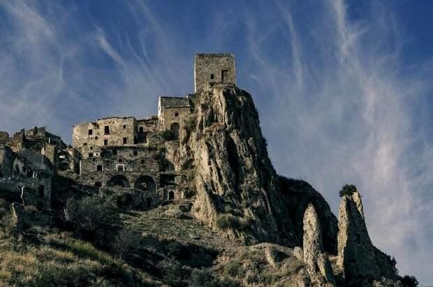 Древний средневековый город, который покинули люди совсем недавно. /Фото: travel365.it