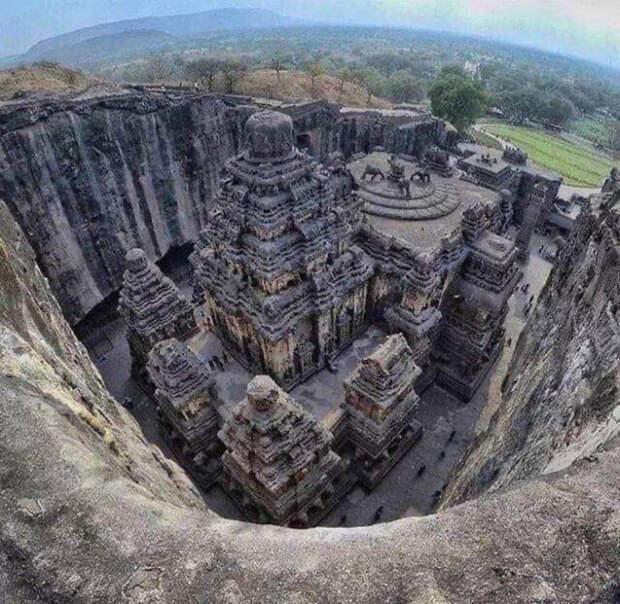 Некоторые историки считают, что храм возвели за 20 лет, другие, что его строили несколько столетий.