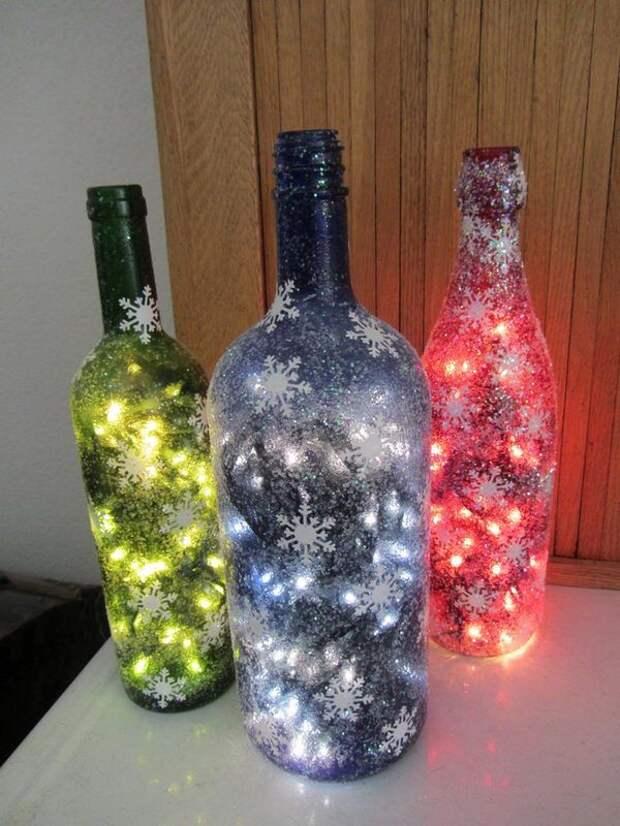 С помощью цветной гирлянды и бутылки можно создать такой необычный элемент декора