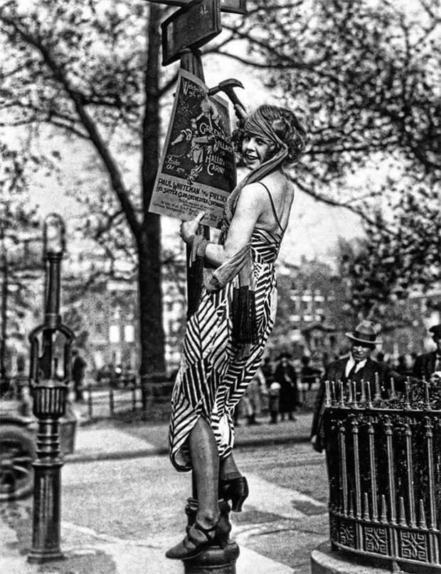 Девушка вешает постер, Гринвич-Виллидж, 1920-е Стиль, винтаж, двадцатые, женщина, мода, прошлое, улица, фотография