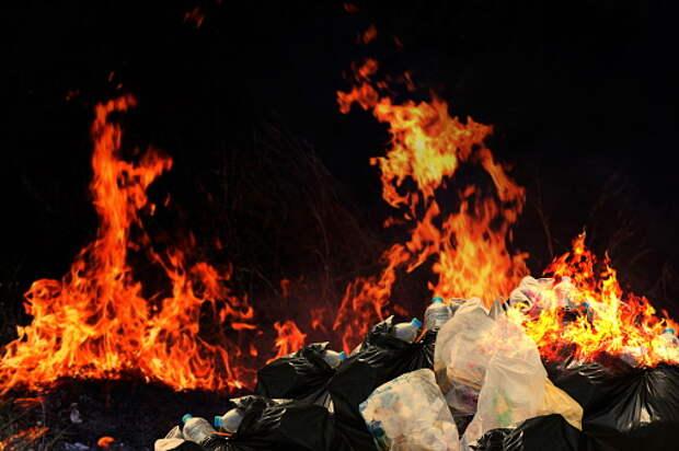 На Отрадной горел мусор