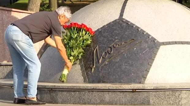 Луческу возложил цветы к памятнику Лобановского, но это не помогло. Фанаты материли его на игре молодежки «Динамо»
