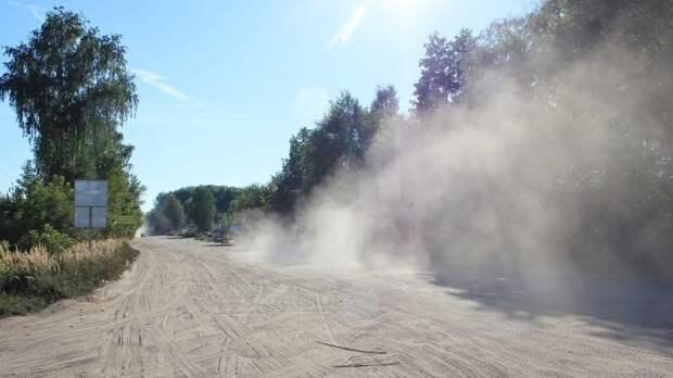 В Вологодской области начали обеспыливать песчано-гравийные дороги