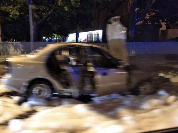 Пожарные потушили горевшую машину на проспекте Нахимова в Севастополе