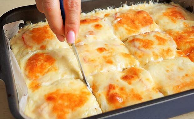 Превращаем куриную грудку почти что в пирог: готовим с сыром и сметаной