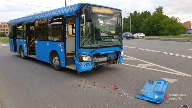 На Алтуфьевском шоссе автобус и легковушка не поделили дорогу