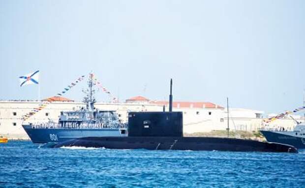 """На фото: дизель-электрическая подводная лодка проекта 636.3 """"Варшавянка"""" (на первом плане)"""
