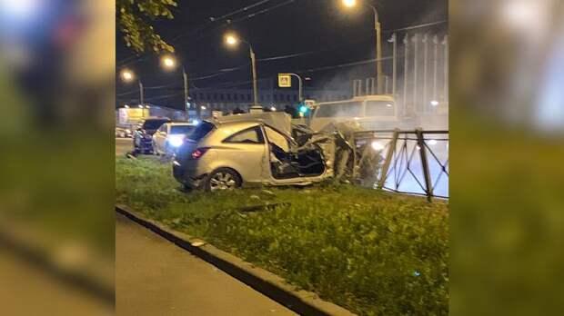 Потерявший управление автомобиль пробил дорожное ограждение в Московском районе
