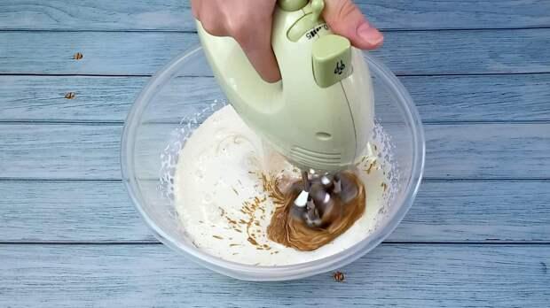 Перемешиваю тесто на минимальных оборотах миксера