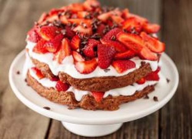 Торт с клубникой и сливками.